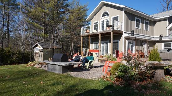 The Muskoka Rose Guest House and Retreat: The view from the back of the house.
