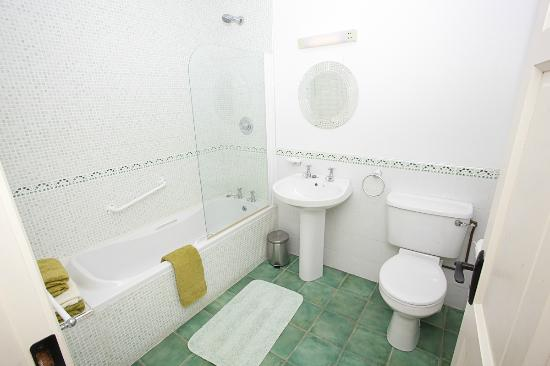 Ardrahan, Ireland: full bathroom upstairs , shower room downstairs