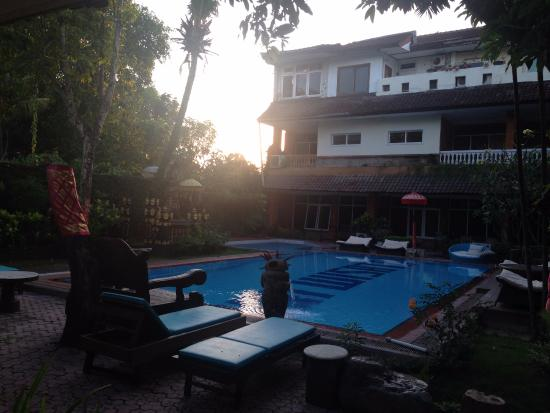 Puri Wisata Bungalows: Piscina do Hotel, quartos ao fundo.