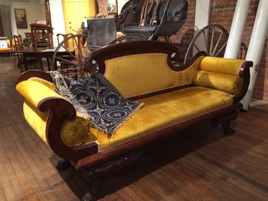 Bellows Falls, เวอร์มอนต์: Antique Yellow Velvet Sofa