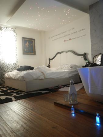 Camera da letto con vasca - Picture of Le Suite Di Giulietta, Verona ...