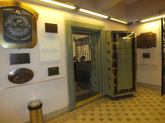 Cafe do Cofre : A curiosidade é que o lugar era um cofre. Veja a porta dele original na foto.