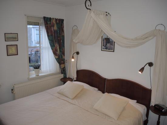 Hotel Hanzestadslogement De Leeuw: Hotel De Leeuw: room with bed