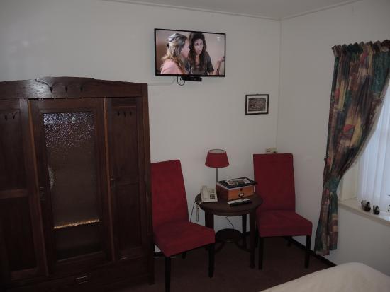 Hotel Hanzestadslogement De Leeuw: Hotel De Leeuw: room with small table and TV