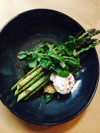 Poached egg with chargrilled asparagus and watercress