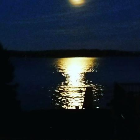 Seneca Falls, Νέα Υόρκη: View from our dining room with a full moon