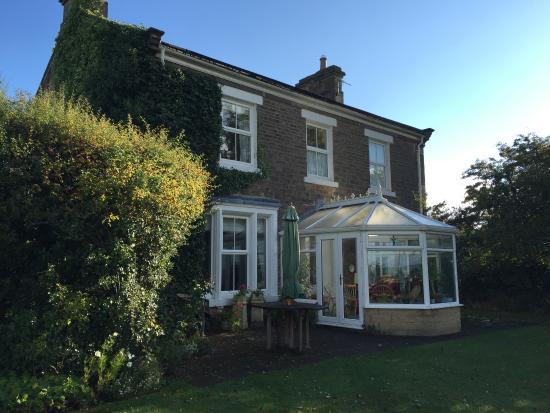 Dowfold House Bed & Breakfast: Dowfold House from the Garden