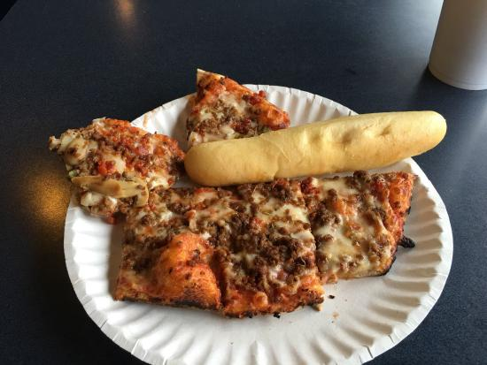 Sellersburg, Indiana: Square pizza slices/breadstick off the buffet