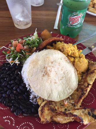 Soda La Hormiga: Pollo y rice, beans and salad