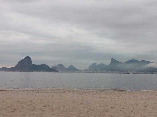 Icarai Praia Hotel: Praia próxima ao Hotel Icaraí com a visão do Rio