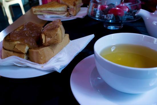 Casa de Cha Jardim da Sereia: Torradas com doce e chá