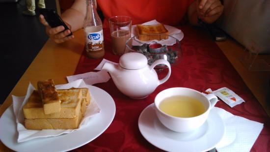 Casa de Cha Jardim da Sereia: Tosta mista, torrada com doce de kiwi e chá de maracujá