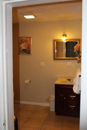 Commodore Hotel Linden : Bathroom counter