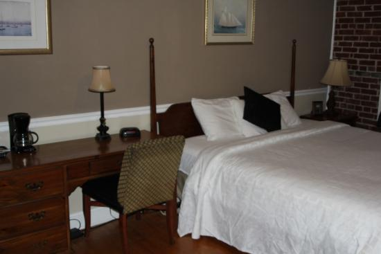 Linden, TN: King Bed