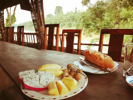Green Bamboo Lodge : petit déj au bord de la rivière