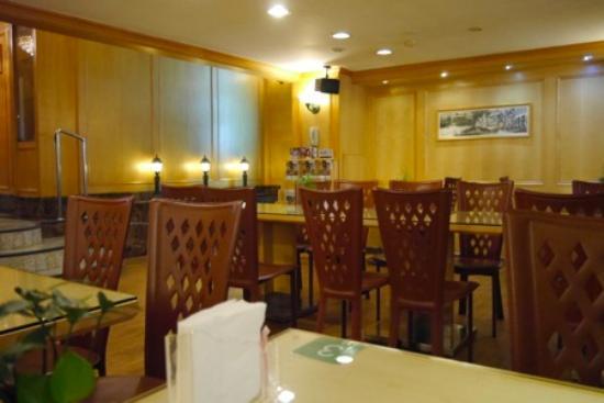 Hotel New Image: 軽食コーナーの客席。清潔感があります。