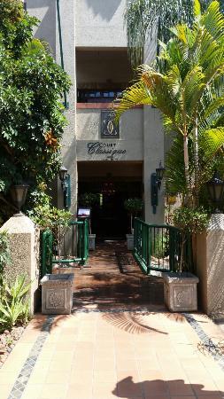 Court Classique Suite Hotel: Hotel Entrance