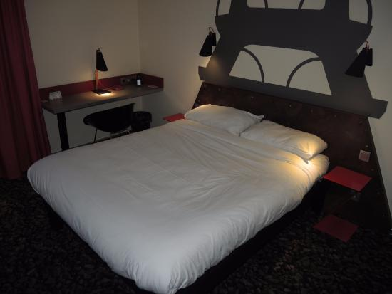 Ibis Styles Herten: room with bed and desk