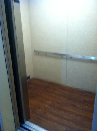 Comfort Inn & Suites: Elevator