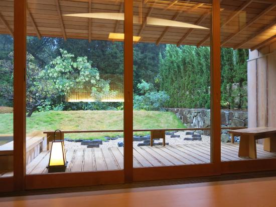 DHC Akazawa Geihinkan: 部屋から庭を眺める