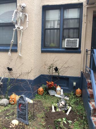 Chelsea International Hostel: Decoración del patio en Halloween