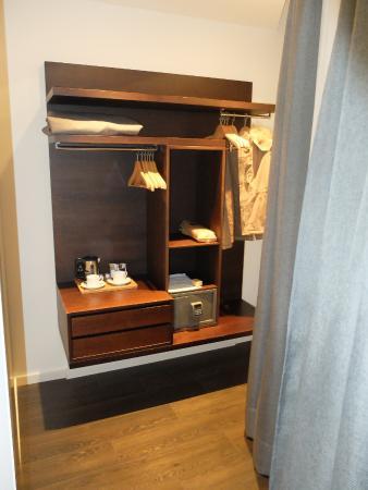 Rangement dans la chambre picture of hotel regina for Chambre barcelona