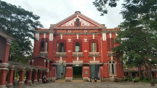 ‪Quoc Hoc Hue High School for the Gifted‬