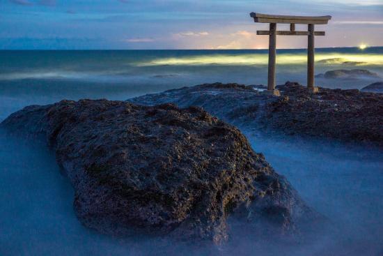 Oarai-machi, اليابان: 夜の「神磯の鳥居」
