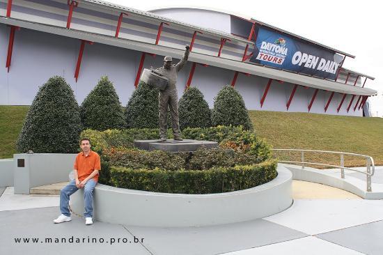 Dale Earnhardt Sr. Statue : Eu e a estatua