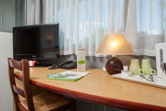 Campanile Hotel Basildon East London: Desk in the room