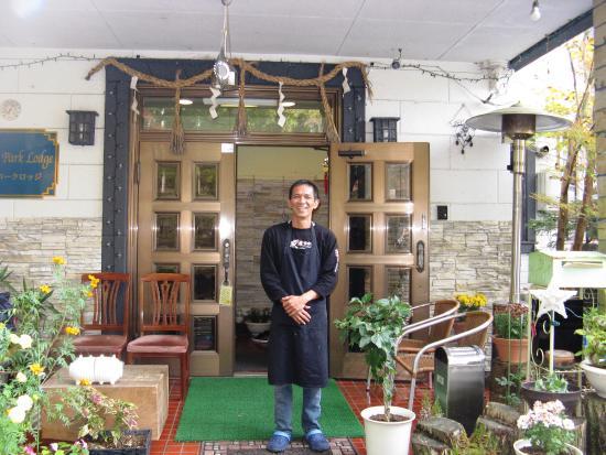 Nikko Park Lodge : Pan właściciel przed wejściem