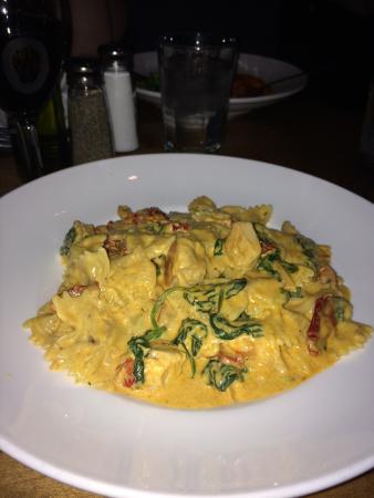 McHenry, Ιλινόις: Farfalle Al'Diavolo was sooo yummy. Atmosphere was great!