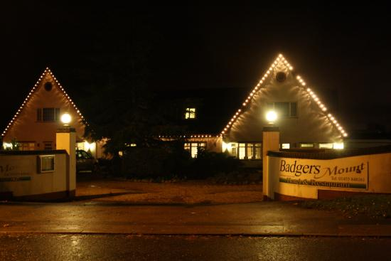 Badgers Mount Hotel: Badgers Mount in all its nightime glory