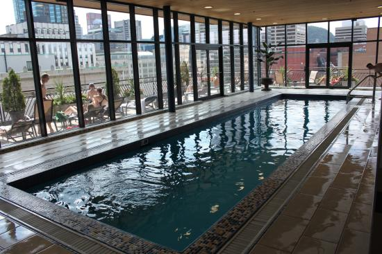 La piscine picture of le square phillips hotel suites for Hotel montreal piscine