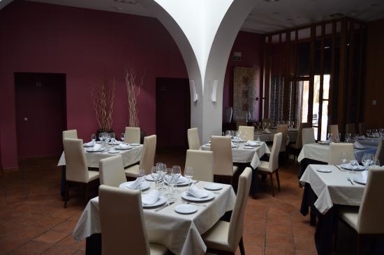 San Carlos del Valle, İspanya: Un comedor espacioso y bien atendido.