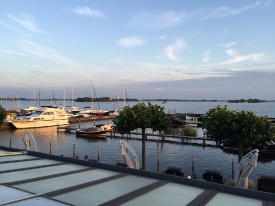 Loosdrecht, Nederland: Het uitzicht vanaf balkon aan meerzijde