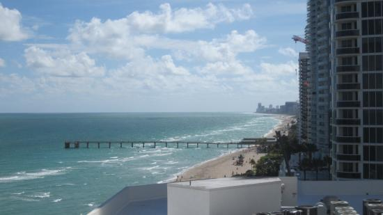 Sunny Isles Beach, FL: Partial sea view from room