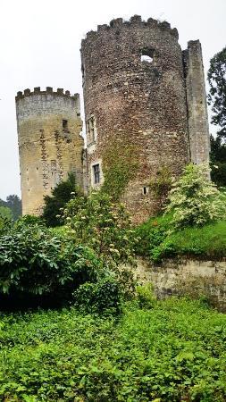 Cinq-Mars-la-Pile, France : Les tours du chateau.