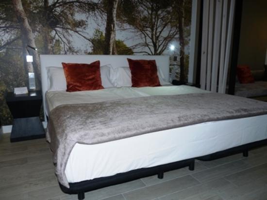 Illot Suites & Spa: bequemes Doppelbett mit guter Bettwäsche