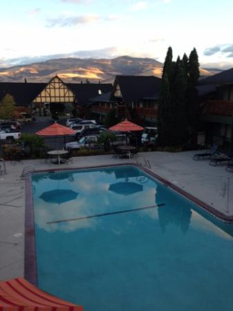 BEST WESTERN Windsor Inn: Early morning view of the hills, outdoor pool.