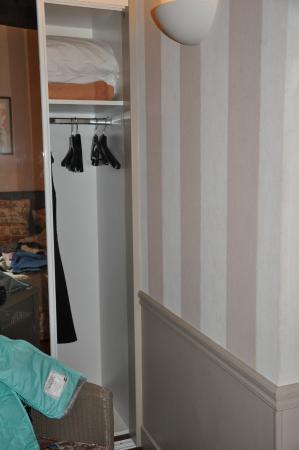 Hotel des Deux Iles: closet