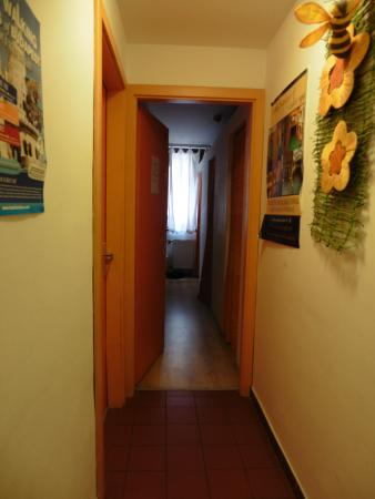 Broadway Hostel : couloir du dortoir