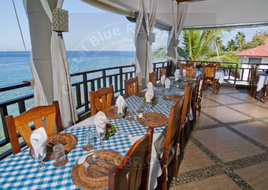 Crystal Blue Resort: Dining area overlooking the Balayan bay and South China Sea