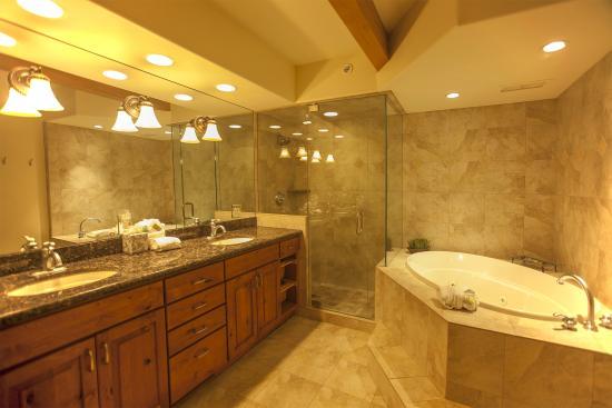Aspenwood: Bathroom