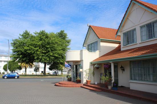 Rotorua Coachman Spa Motel: Вид отеля снаружи на парковке