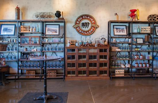 Turner Valley, Canadá: Showroom inside Eau Claire Distillery