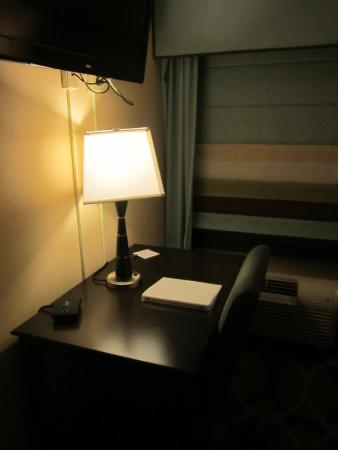 Hampton Inn Harrisburg / Grantville / Hershey: flat screen tv in living room with table