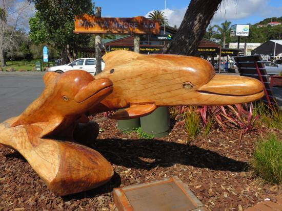 Kingsgate Hotel Autolodge Paihia: beautiful wood carving of the dolphins