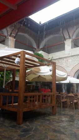 Club Kervansaray Kusadasi : The hotel courtyard during a rainstorm.