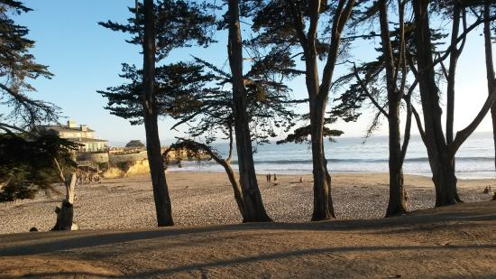 Pelican Point Inn: Twin Lakes State Beach is one block from motel.
